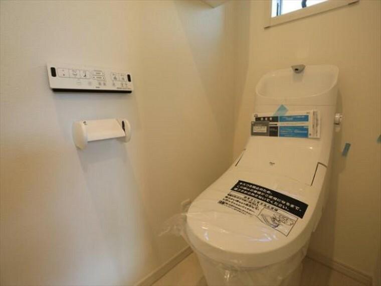 トイレ 清潔感をモチーフにしており広々とした空間を実現しております。ゆったりとした空間を実現し圧迫感は少なくなっています。(8/27)