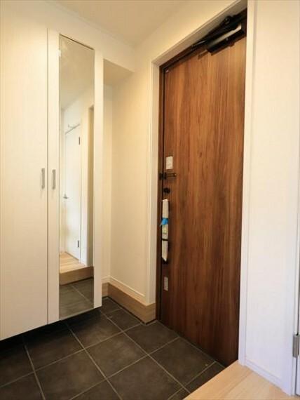 玄関 デザイン性を持つ玄関は、安らぎに満ちた生活空間を予感させてくれます。(8/27)