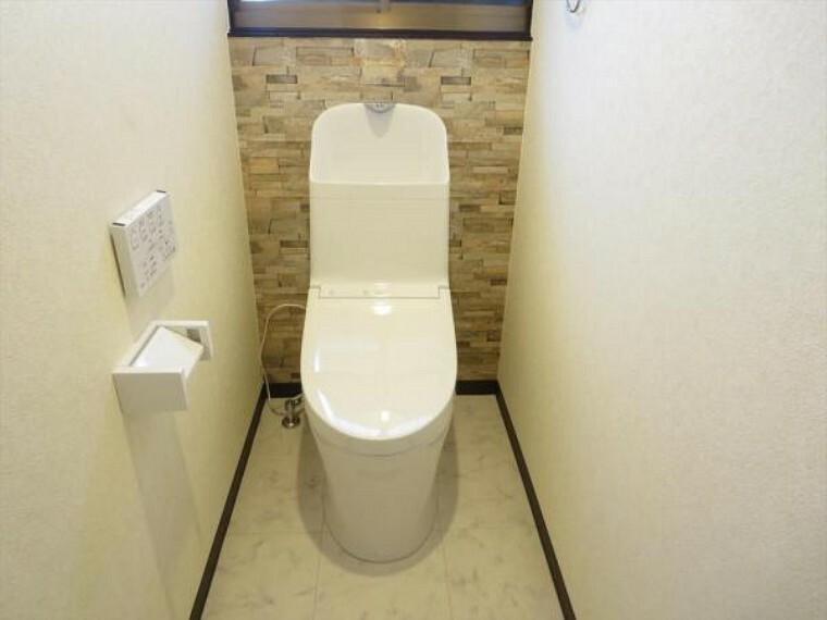 トイレ 【リフォーム済】トイレは天井・壁のクロスを貼り替え床を水に強くお手入れしやすいクッションフロア貼りにしました。温水洗浄付き便器に交換も行い清潔に仕上げました。