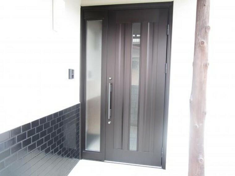 玄関 【リフォーム済】玄関ドアは新品に交換しました。鍵も新品になったので安心しておでかけできますよ。家の顔である玄関が新品だと気持ちいいですね。