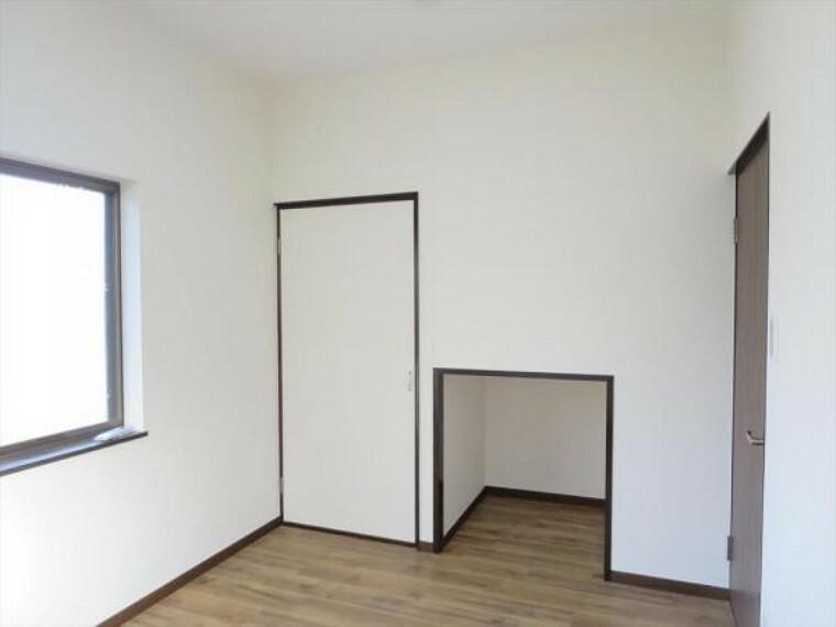 【リフォーム済】1階4.5帖洋室は天井・壁クロス、床材の貼替を行いました。全部屋、新品の照明がつきますので、明るいお部屋になりましたよ。