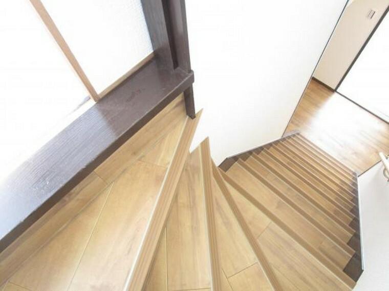 【リフォーム済】階段は天井・壁クロス、床材の貼替を行いました。滑り止めと手摺が付きますので、どなたでも安心して昇降できますよ。