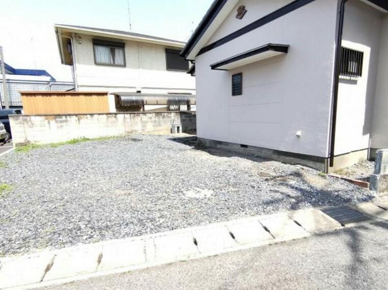 駐車場 【リフォーム済】駐車場写真です。既存コンクリート部分は高圧洗浄し、敷地内は砂利引きをしたことで、明るくすっきりした仕上がりになりました。駐車並列2台可能です。