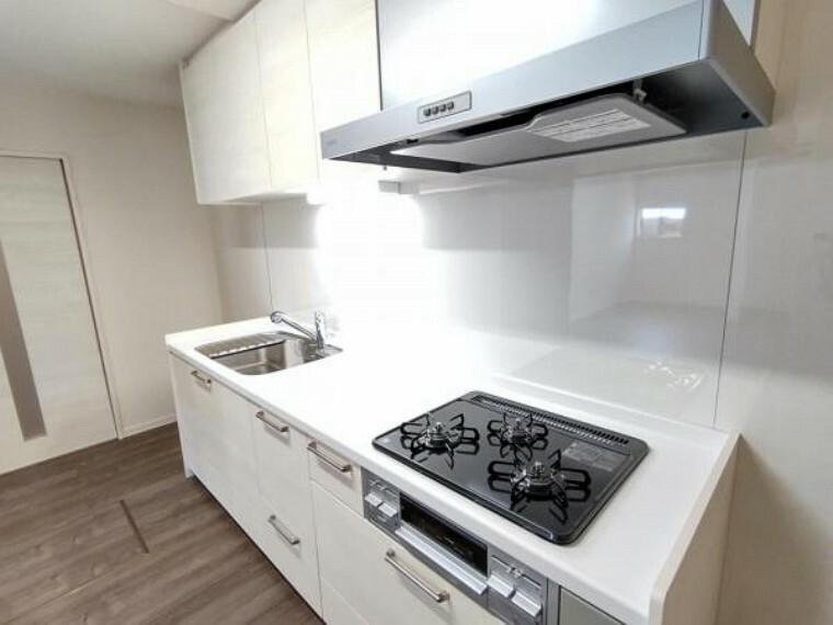 専用部・室内写真 【リフォーム済】キッチンの写真です。永大産業製のシステムキッチンを新設し、傷のつきにくい人工大理石の天板と大きなシンクをご用意しました。お手入れもラクラクですね。
