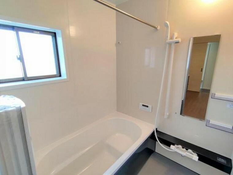 専用部・室内写真 【リフォーム済】浴室写真です。浴室は間取り変更で移設しました。交換したユニットバスは1坪サイズなので、浴槽でゆったり足を伸ばせますよ。お仕事で溜まった疲れを癒してくださいね。