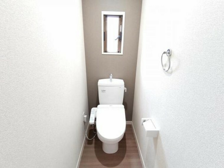 専用部・室内写真 【リフォーム済】トイレは間取り変更で移設しました。便器の新品交換とクロス・クッションフロアの張替えを行いましたよ。リフォームで窓を新設したので換気がしやすいですね。