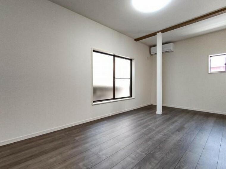 専用部・室内写真 【リフォーム済】リビング南東側の写真です。窓からの光が明るい空間でぜひご家族の時間を楽しんでください。柱を利用して棚を新設するのもいいですね。
