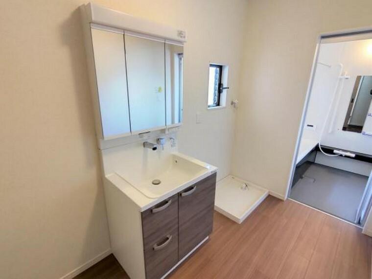 専用部・室内写真 【リフォーム済】洗面所です。洗面台は新品に交換しました。クッションフロア、クロスも張り替えて清潔な空間に生まれ変わりました。