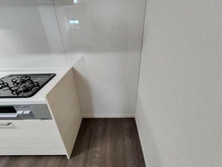 【リフォーム済】キッチン横の冷蔵庫の収納スペースです。キッチンのすぐ近くに冷蔵庫を置けると、お料理も捗りますね。