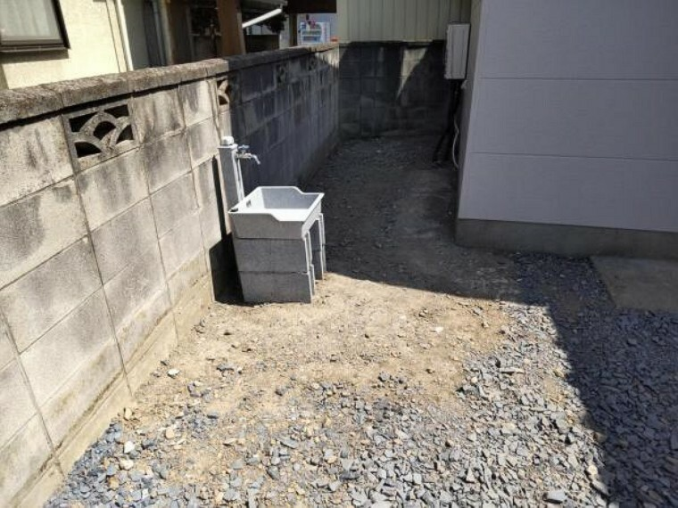 現況写真 【リフォーム済】外水道の写真です。新品に交換し、桶も新設しました。駐車場で洗車やお花の水やりも利用できますよ。
