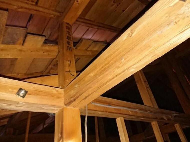 玄関 小屋裏の写真です。リフォームで小屋裏点検口を作成しました。住んでからも屋根裏が確認できるのは安心ですね。