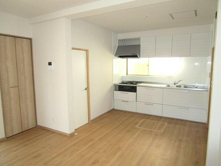 居間・リビング コンパクトスペースながら洗面・浴室につながっていたり、収納もあったりと生活のしやすさ重視のキッチンダイニング