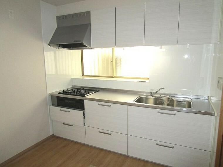 キッチン 機能的で収納力のあるシステムキッチン 窓があり明るく換気も嬉しい!