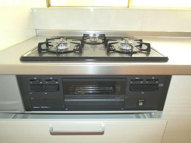 キッチン 3口コンロ&グリルでお料理の時短に助かります!