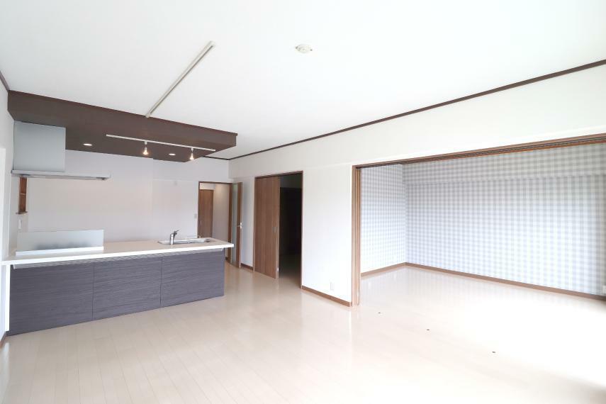 リビングダイニング リビング広々16.2帖! 隣の7.3帖洋室を開ければ23.5帖のゆったりくつろげる空間になります! ぜひ開放感溢れる室内を現地にてご覧ください!