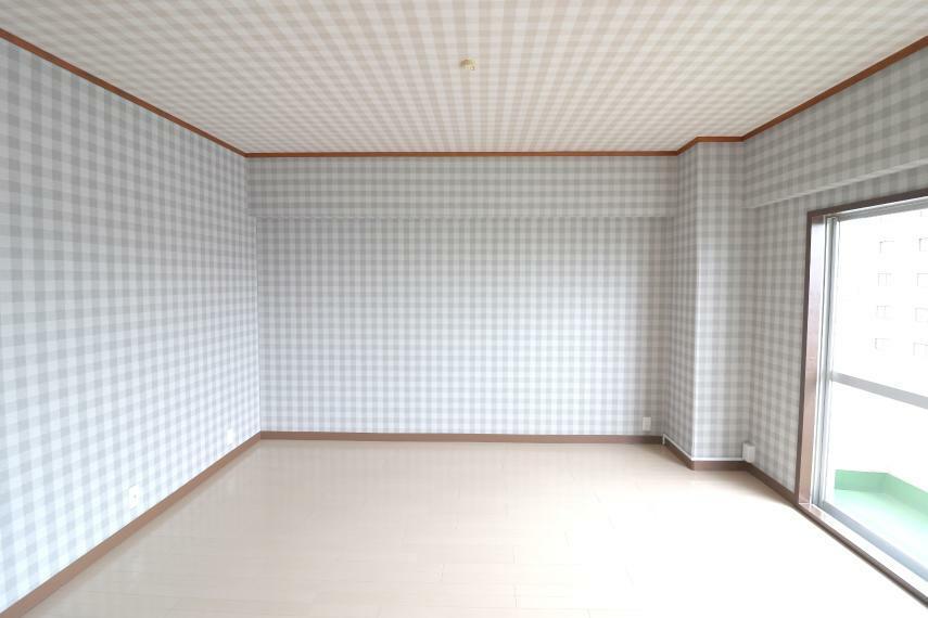 洋室 可愛いチェック柄の7.3帖洋室。子供部屋にもぴったりですね