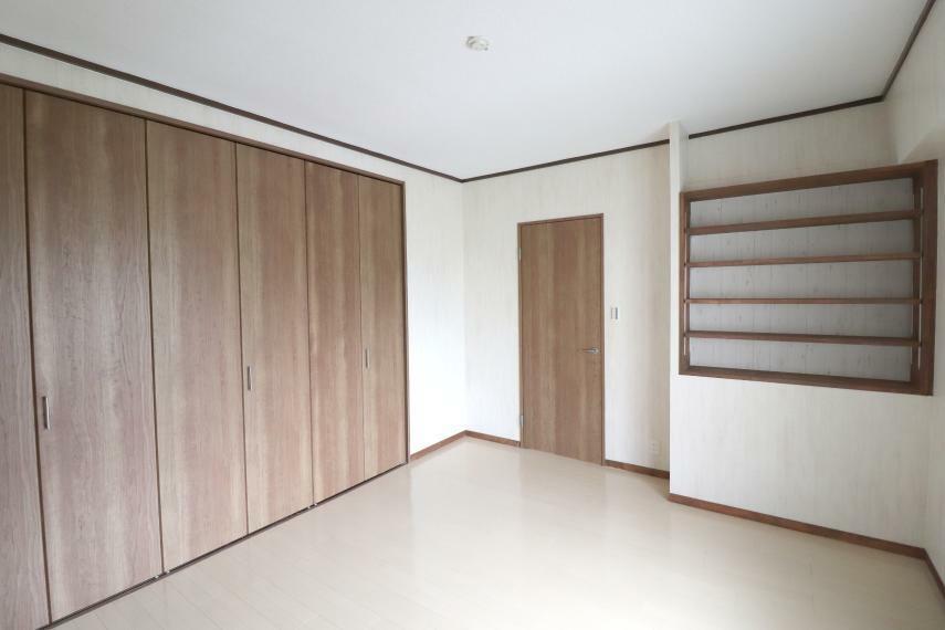 洋室 大容量の物が収納できる広々クローゼット付き7.9帖洋室!本棚付き