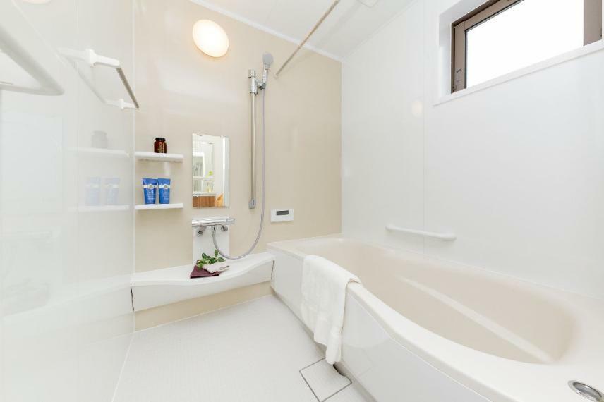 浴室 【16号棟】浴室内がより広く感じられる視覚効果がある3Dエルゴデザインを採用し、のびのび快適な動作を可能にしたバスルーム。保温効果のある2重パン構造、水はけがよくお手入れがしやすい『うつくしフロアW』、シャワーの水流でゴミを中央に集めることができる『カミトリ名人』を備え、安心&お手入れに配慮しています。