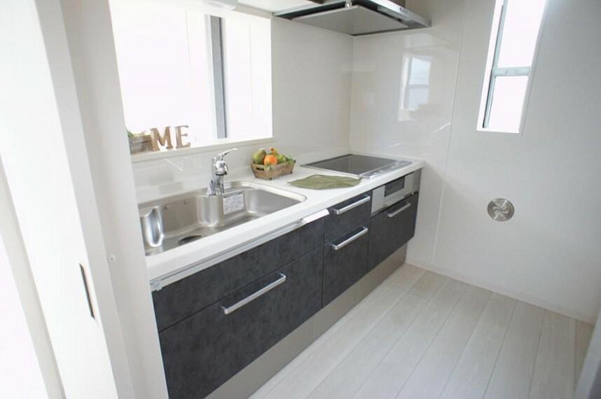 キッチン 白いキッチンは明るくて、お料理も楽しくなっちゃいますね!
