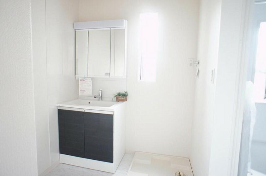 洗面化粧台 窓のある明るい洗面所で毎日の身支度も気持ち良くお使い頂けます。