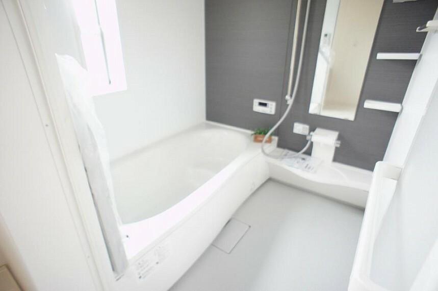 浴室 白を基調とした清潔感あふれる空間。存分に寛げるよう設計されたバスタブで、1日の疲れをとってリセットしましょう。