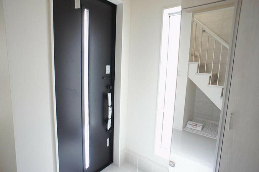 玄関 玄関ドアにスリッドラインが入っているので光の演出をしてくれます!収納力の高いシューズボックス付!