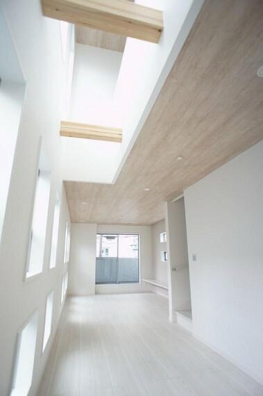 折上天井がスタイリッシュな空間を演出してくれます。