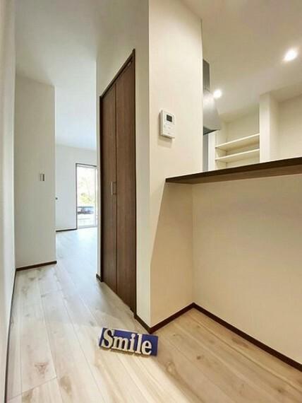 洋室 掃除機などの収納に便利なリビング収納