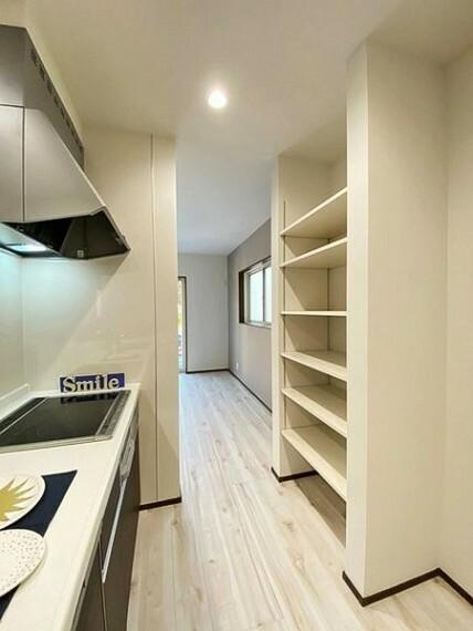 居間・リビング リビングには日用品や食品のストックに便利な稼働棚付いています