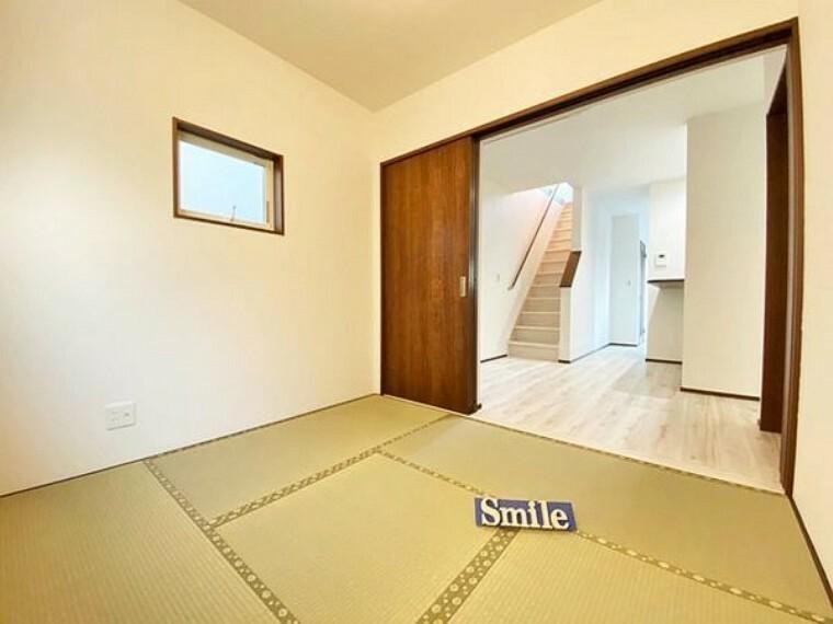 和室 4.5帖の和室 リビングに隣接した和室は小さなお子様の遊び場や洗濯物を畳んだりとミセスコーナー使える便利な空間