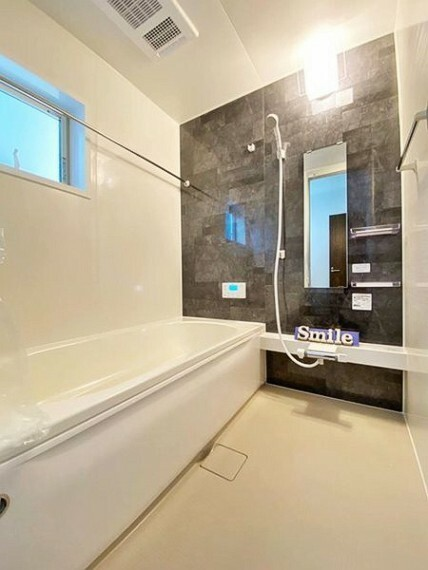 浴室 家族と一緒に入れる一坪タイプの浴室暖房乾燥機つきユニットバスです。ベンチ付き浴槽は全身浴だけでなく、半身浴も気軽に楽しめます。また、ベンチ部分が満水量を削減し節約にも効果を発揮します。