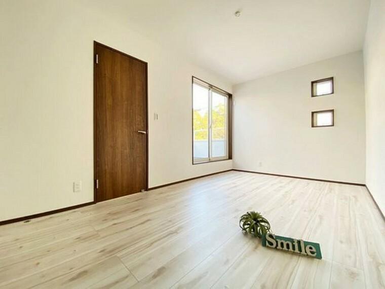 洋室 7.5帖の洋室 バルコニーへ出られる大きな掃き出し窓からは陽射しが注ぎ込み快適な空間