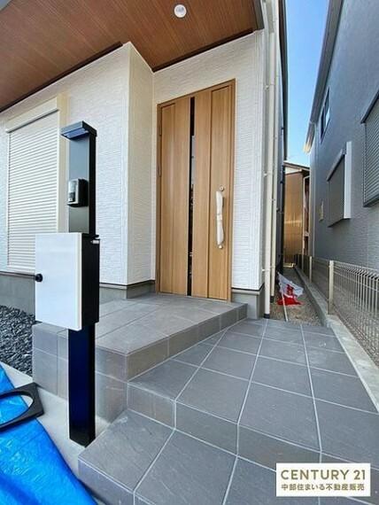 玄関 玄関にはインターホンとポストが一体化したオシャレでスマートな門柱が設置