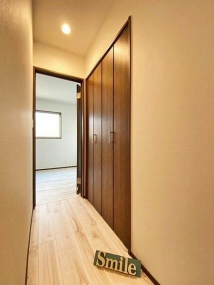 2階ホールにも収納があり季節物や各居室の収納を助けてくれます