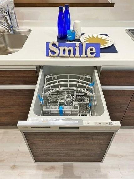 キッチン ビルトインタイプの食洗機を標準装備。噴水のように水を噴射して食器の汚れを落とします。庫内で循環させた水を使うので大幅に節水できます
