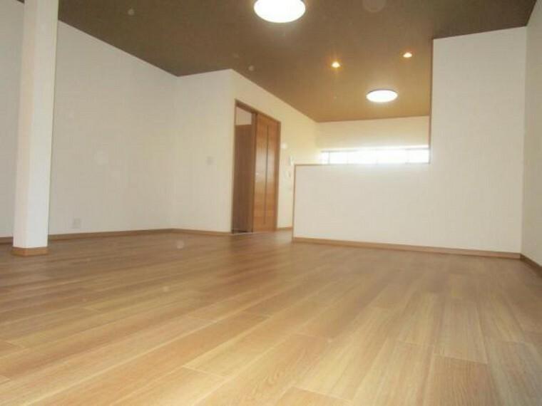 居間・リビング 【リフォーム済】約22帖のリビングダイニング空間です。床は落ち着いた色に仕上げました。対面キッチンですので、お子様の様子を見ながらお料理ができますね。