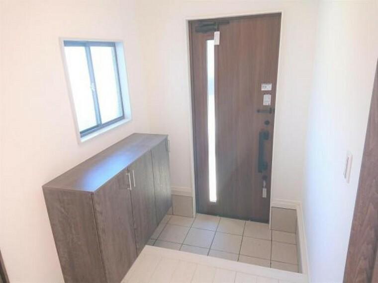玄関 【リフォーム済】玄関はクロスの張替え、シューズBOXの交換を行いました。シューズBOXがあると整理整頓しやすいですね。玄関扉も交換しましたのでお客様も気持ちよくお出迎えできますね。