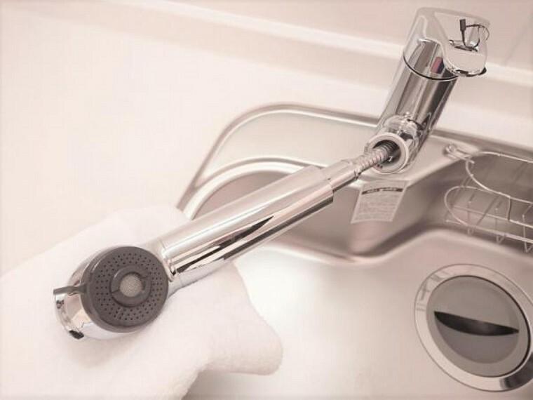 専用部・室内写真 【リフォーム済】新品交換したキッチンの水栓金具はノズルが伸びてシンクのお手入れもラクラクです。水栓本体には浄水機能が内蔵されていて、おいしいお水をつくります。