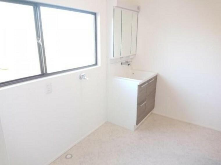 脱衣場 【リフォーム済】洗面脱衣所の写真です。洗面所は1.5坪に拡張しました。洗面台は新品に交換し、クッションフロアとクロスも張り替えましたので清潔な空間に生まれ変わりました。