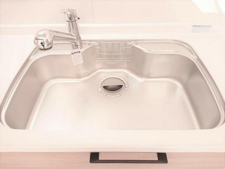 専用部・室内写真 【リフォーム済】新品交換したキッチンのシンクはサビにくく熱に強いステンレス製です。水はねの音を抑える静音設計で、従来よりもさらに水音が静かになっています。