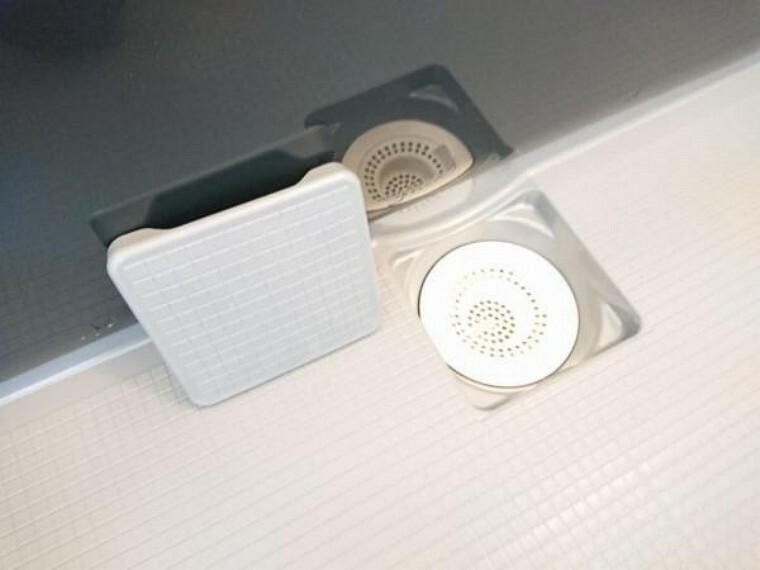 専用部・室内写真 【リフォーム済】新品交換したユニットバスの排水口は、流れる水の力だけで髪の毛をキレイにまとめてくれ、簡単に捨てられるのでお掃除がラクにできます。