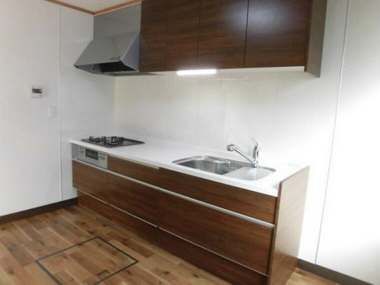 キッチン 【リフォーム済】キッチンは永大製のシステムキッチンに新品交換しました。シンクの中央に丸みをつけ奥行を確保。大きな鍋も洗いやすい形です。扉を勢いよく閉めても、スーッと静かに閉まる扉を使用しています。