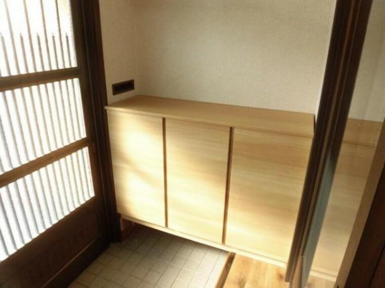 玄関 【リフォーム済】EIDAI製の下駄箱に新品交換しました。扉デザインは落ち着いた印象の「横木目フラットデザイン」。棚板は水洗いできます。