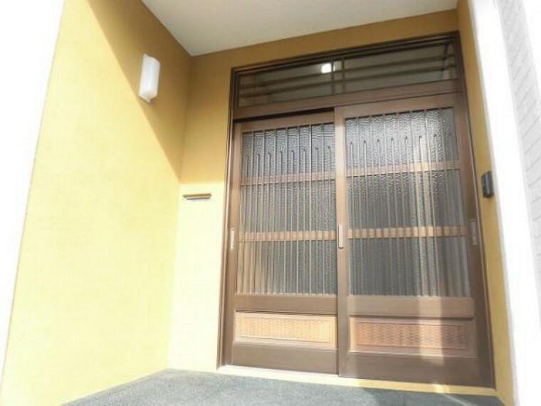 玄関 【リフォーム済】玄関ドアはカギを交換しました。玄関回りの壁はモルタルでワンポイントに仕上げました。玄関の照明器具は交換済みです。