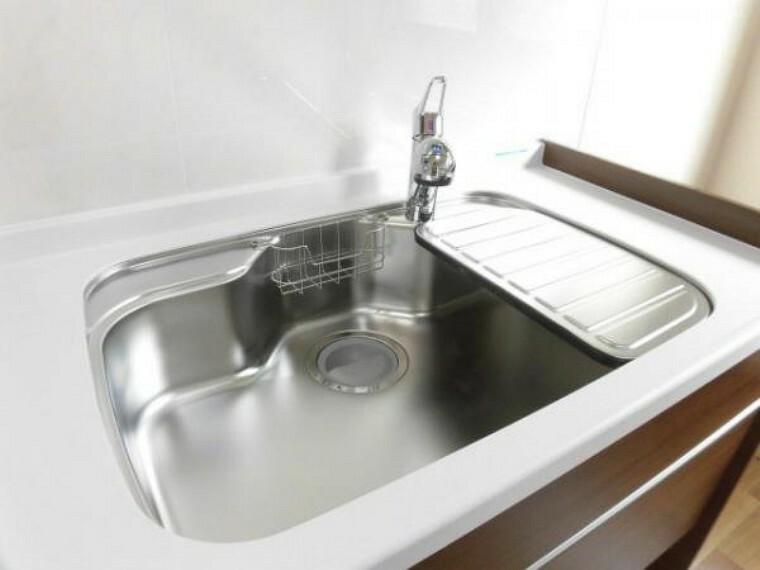 キッチン 【リフォーム済】キッチンの水栓金具は、ムダにお湯を使わない水とお湯を簡単に使い分けできるエコな仕様です。普段通り使っていつのまにか省エネに。ホース引出し機能付きなのでシンクのお手入れも楽にできます。