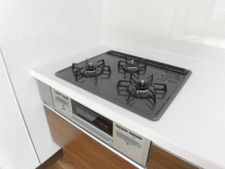 キッチン 【キッチン】キッチンシンクはステンレス製。「お手入れしやすさ」と「片付けやすさ」に優れた、水ハネ音が静かな静音設計です。ワークトップは清潔感のある白色大理石の持つ風合いを再現した人工大理石です。