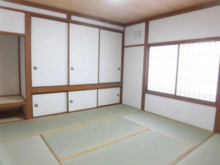 【リフォーム済】8畳の和室です。畳は表替えを行いました。新品の畳表だと寝転がるのも気持ちがいいですよね。イグサの香りで落ち着いた時間をお過ごしください。窓はペアサッシなので暖かいですね。