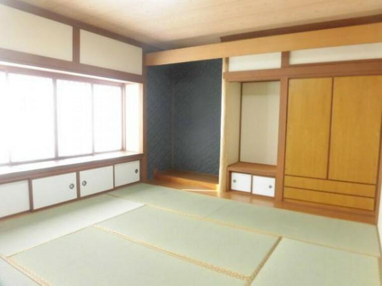 【リフォーム済】9畳の和室です。畳は表替えを行いました。床の間と収納が二つ付いていますので便利ですね。