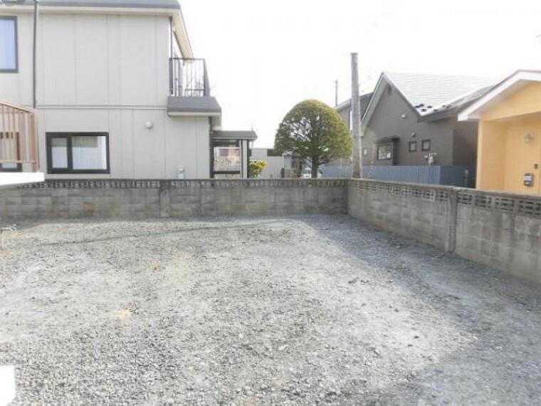 駐車場 【リフォーム済】庭は撤去し、駐車スペースを拡張しました。外壁は淡いグレー色、屋根は黒色で塗装しました。駐車スペースは4台駐車できます。