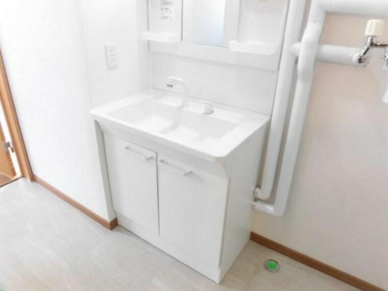 洗面化粧台 【リフォーム済】TOTO製の洗面化粧台に新品交換済み。便利なシャワーヘッドに加え、充実の収納スペース。整髪料などの小物も取り出しやすく散らかりません。お湯と水をきっちり使い分けられるエコ水栓を使用。